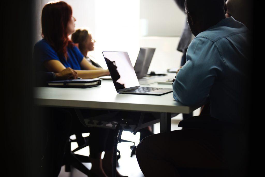 Menschen am Lernen mit Lernmethode